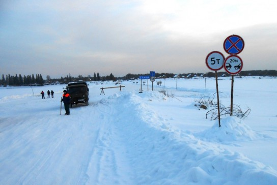 По льду пошли грузовики