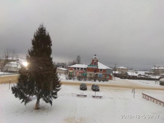 На площади в Корткеросе установили 10-метровую новогоднюю ель